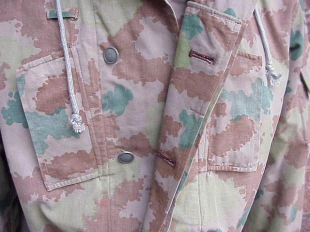DDR 1st camo jacket buttons.JPG