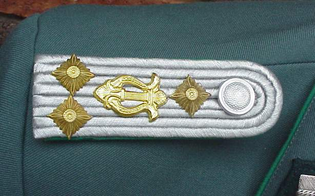 DDR Musik tunic shoulder boards.JPG