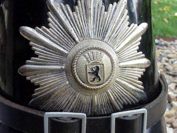 Berlin Pol Tschako Wappen.JPG